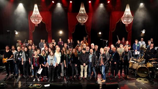 Artistene i Sorgenfri-konserten samlet på scenen på Clarion hotell under øvelser søndag formiddag.